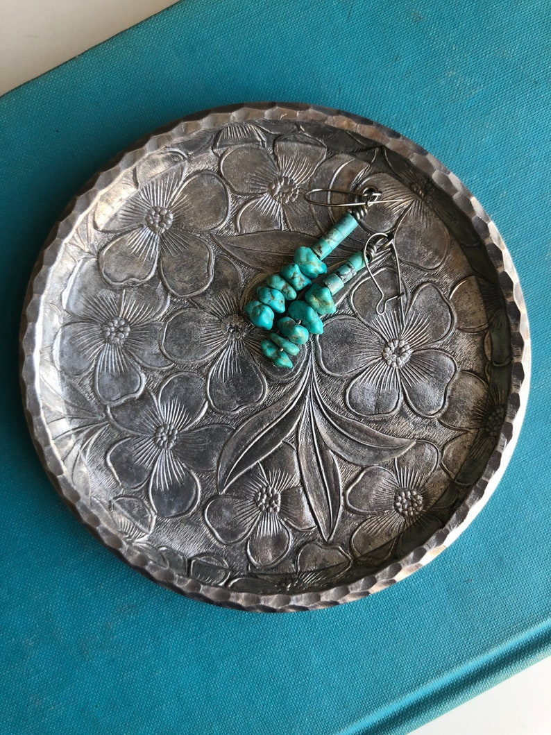 Hand Forged pretty floral pattern storage organizer Jewelry Tray Ring Dish hammered silver tone with flower Stamped Everlast Metal