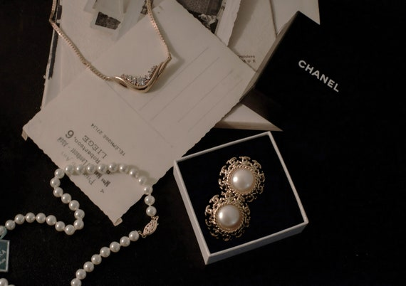 vintage CHANEL clip-on earrings / pearlescent / CC