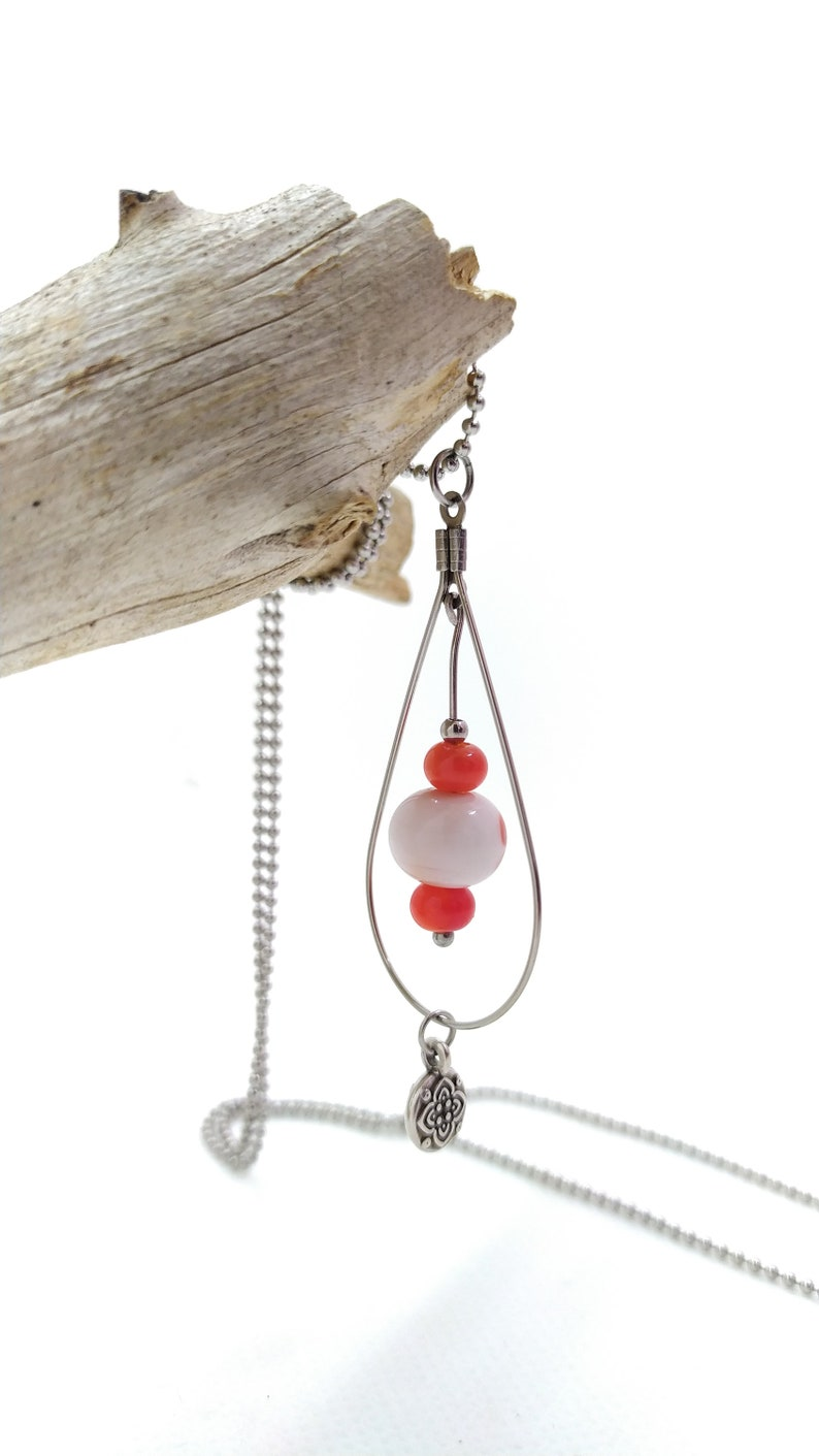 Long necklace necklace Collier Long with Red Pearls and White Glass Pearls spun with a flower pattern blowtorch