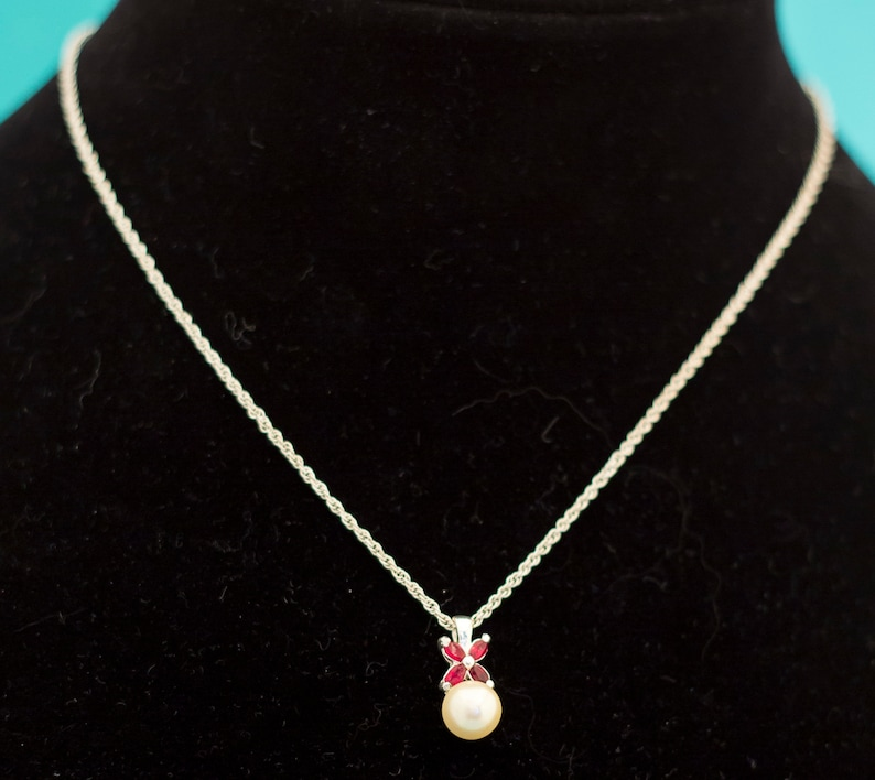 Vintage Pearl Pendant Choker Necklace 16 Inches by Avon E12
