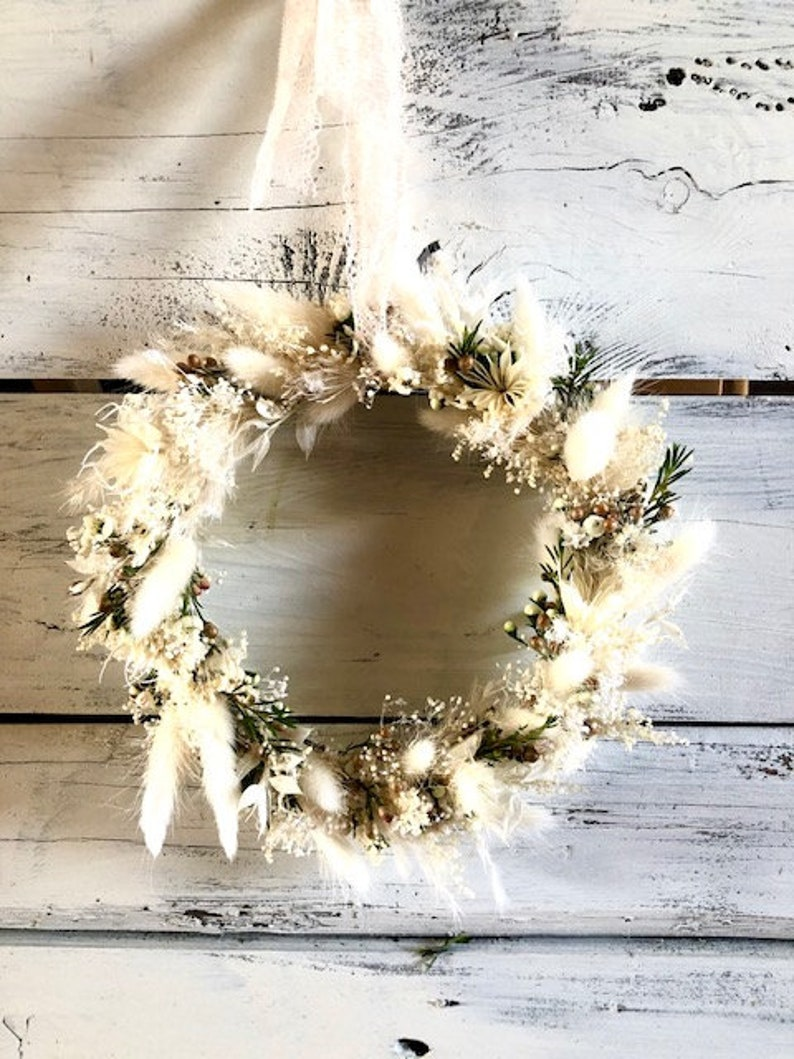 Delicate dry flower wreath in natural colours image 0