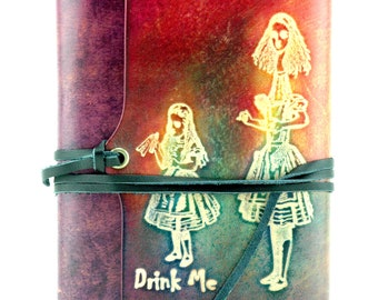 """Leather notebook """"Alice in Wonderland - Drink me"""" rechargeable. Convertible into a reader."""