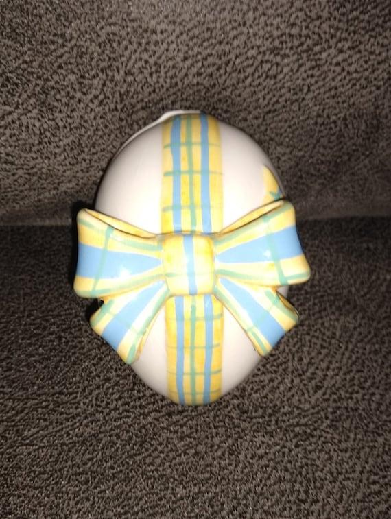 Vintage trinket box / Egg shape trinket box / Easter decorations / porcelain jewelry box / porcelain trinket box /vintage collectable estate