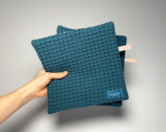 Pot holders self-sewn from jacquard in teal and beige