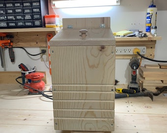 Predator resistant squirrel box
