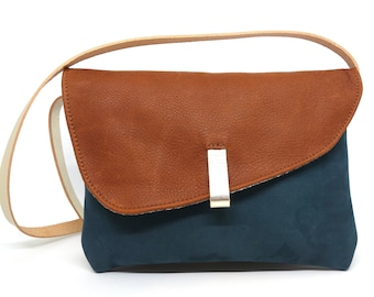 Small adjustable shoulder bag in forest green leather and red squirrel