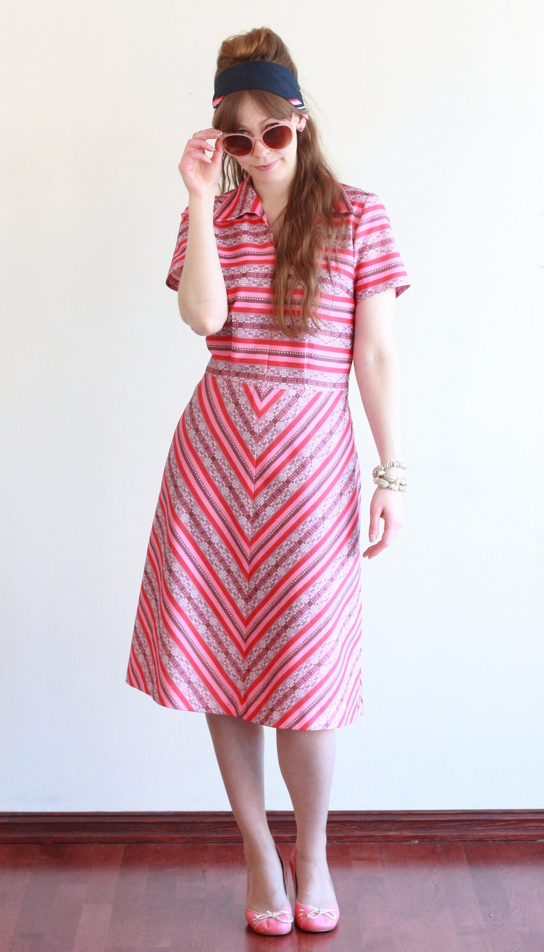 Size M-L ~ Vintage 70s dress ~ Pink and purple striped dress with V-neck and collar