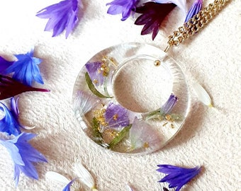 Resin pendant and flowers