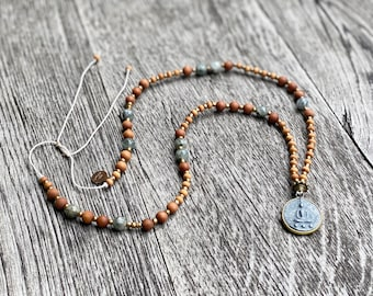 Sandalwood necklace with agate and Buddha coin made of Tibetan stone and brass, adjustable in length