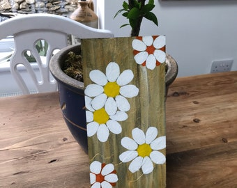 Reclaimed slate hand painted in acrylics. Daisies