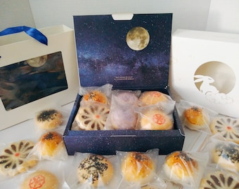 Traditional Asian Chinese Pastries Mooncakes Gift box, 5 flavors, Mid-Autumn Day, Mooncake Festival.  亚洲中国传统酥皮糕点 苏式月饼 点心 蛋黄酥 中秋节 月饼 礼盒 伴手礼