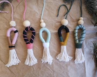 Farbenfroher Makramee Anhänger mit Tassel und Holzperle zB zur Adventsdeko, Geschenkanhänger, Weihnachtsbaum, Adventskalender von Joyboxes