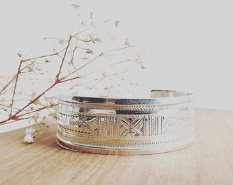 Touareg cuff bracelet curved in semi-wide engraved silver
