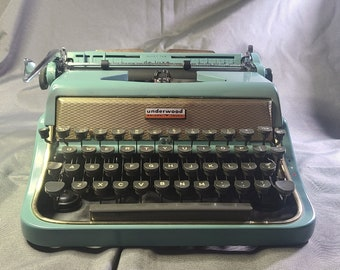 Vintage Typewriter - 1956 Underwood Deluxe.  Great Condition!  Free Shipping!