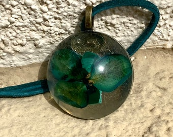 Malachite infused floral pendant necklace
