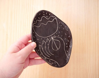 Black ceramic plate, black tray with a hand and flower illustration, perfect to leave your jewelry.