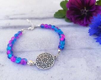 Freja 1.0 | Armband med blårosa pärlor och silverfärgad connector