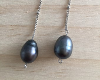 Chain earrings and cultured pearls