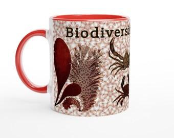 Biodiversité des créatures marines à partir d'illustrations vintage. Tasse en céramique blanche, avec poignée et intérieur rouges.