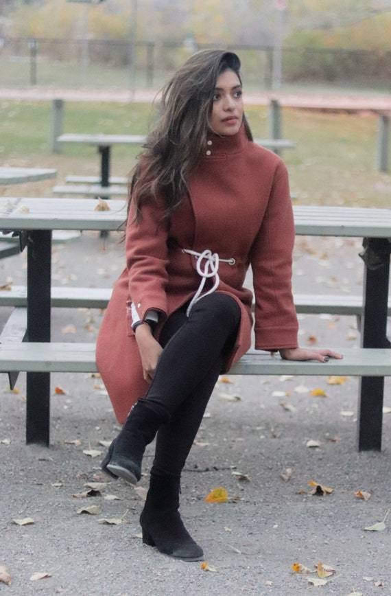 nkE Brick Red Coat with high collar and built-in b