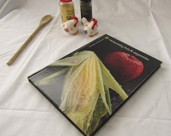 Microwaving Fruits and Vegetables by Barbara Methven and Sara Jean Thomas 1981 Cookbook