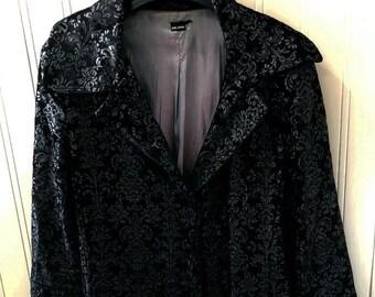 Original and beautiful vintage brocade black velvet designer coat. It is a size XL spanish vintage coat