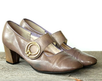 mod 1960s mary janes with chunky low heel . vintage Town & Country pumps . womens size 6.5 6 1/2 or 7 . square toe, decorative buckle