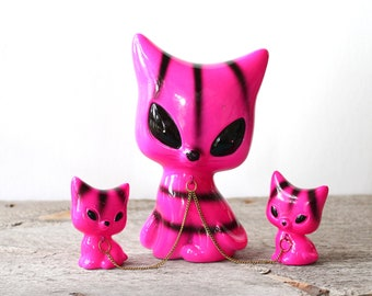 vintage siamese cat with kittens on chain, made in japan, neon hot pink and black stripes