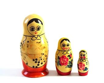 vintage Russian nesting dolls, set of 3 . 1980s Matroyshka doll trio