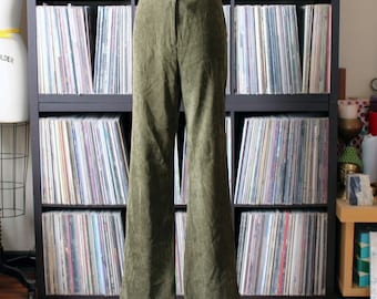 90s does 70s vintage green flared pants, autumn olive green with a suede LOOK, tag size 13
