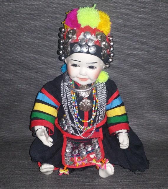 migliori offerte su store prezzo limitato Bambola in porcellana da nord della Thailandia, tribù Akha Hill. Abito in  panno tradizionale tribale.