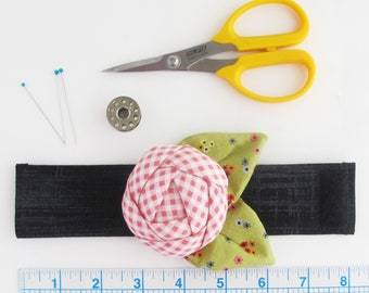 Flower Wrist Pin Cushion Cuff | Wrist bracelet pincushion makes a great gift for anyone who likes to sew or quilt.