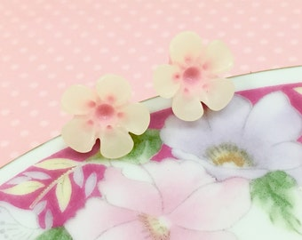 Pastel Pink Daisy Stud, Pink Flower Earrings, White Daisy Stud Light Pink Center, Sensitive Ear Stud, Flower Girl Earrings