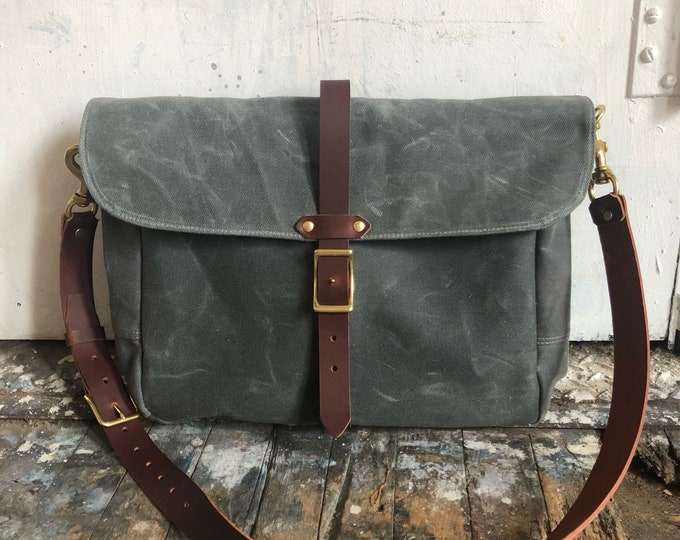Tour messenger bag in waxed twill
