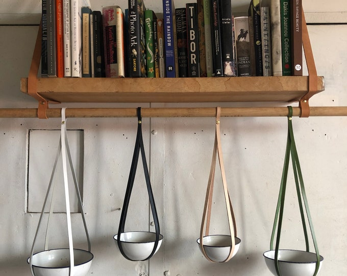 Plant hanger in leather