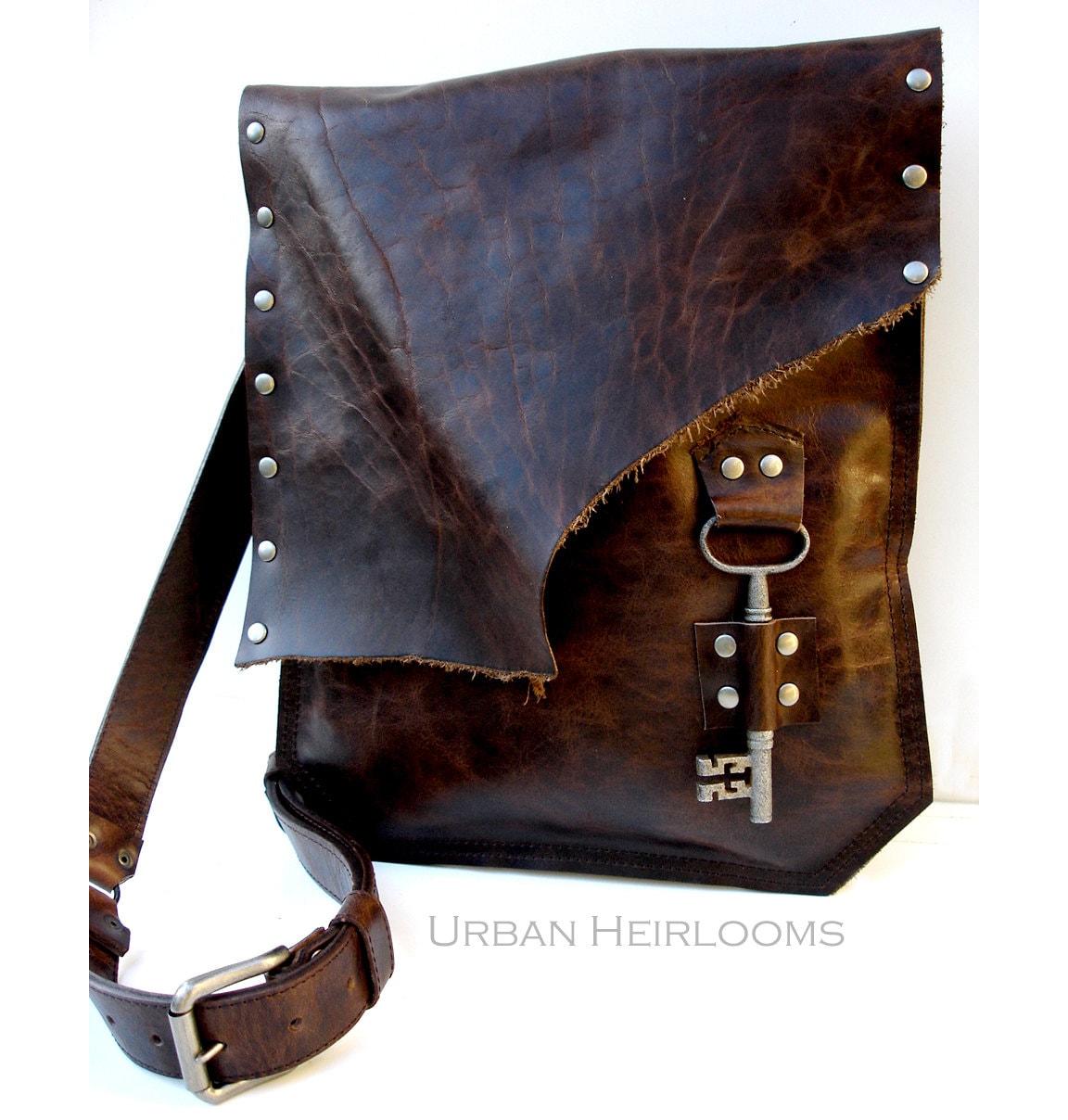 d6ed999f25 Sac besace en cuir marron rustique avec ancien clé de | Etsy
