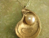 Oyster pearl necklace in Bronze