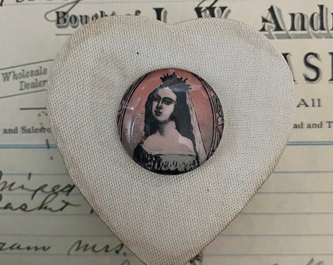 MOMENTO MORI BOX Sofia Queen of Netherlands Vintage Satin Heart Box + Glass Image Visibly Aged Gift Box Small Keepsake Royal Decor