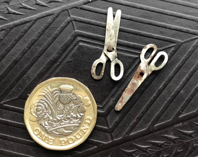2pcs MINIATURE SCISSORS CHARM Vintage Cracker Jack Vending Toy Dollhouse Mini Shabby Chic Rusty Metal Sewing Trinket