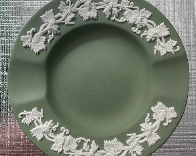 WEDGWOOD GREEN JASPERWARE Vintage Small Ashtray White on Green Grapevine Pattern