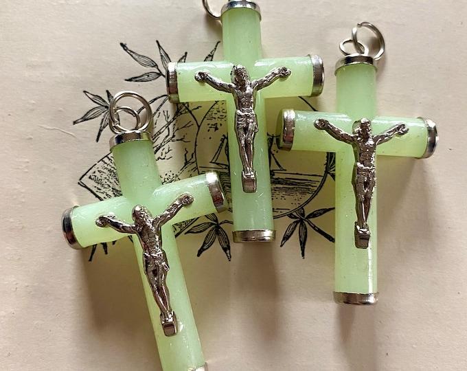 3pcs LUMINOUS PLASTIC CRUCIFIXES High Quality Metal Jesus Glow In The Dark Plastic Crosses Crucifix Rosary Parts Lot