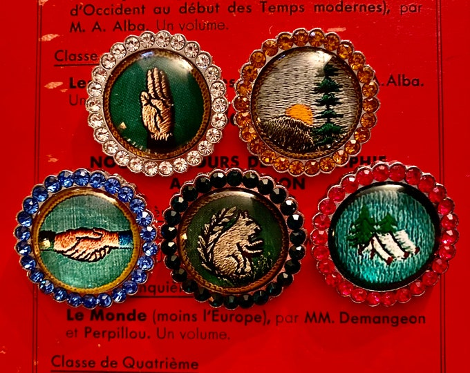 1pc SCOUTING PATCH BROOCH Glitzy Vintage Style Retro Print + Glass Cabochon Chrome Scout Pin Prize Party Favor