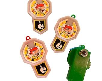 ⱽᴵᴺᵀᴬᴳᴱ 1pc CLOCK VIEWER MINIATURE Plastic Charm Stanhope Style Pendant Rotating Scenes Various Subject Matter Retro Vending Toy Your Pick