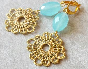 Seafoam Chalcedon Aqua Ohrringe, Ohrringe Gold Spitze häkeln, Pastell Ohrschmuck, Jahrestagsgeschenk für Frau, jeden Tag Schmuck