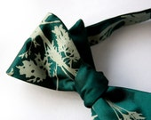 Absinthe bow tie, self-tie. Emerald green tie. Silkscreened artemesia leaves. Sage print. Adjustable.