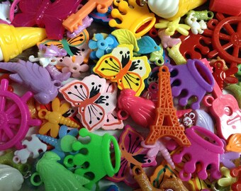 100 kitsch plastic fun charms mix