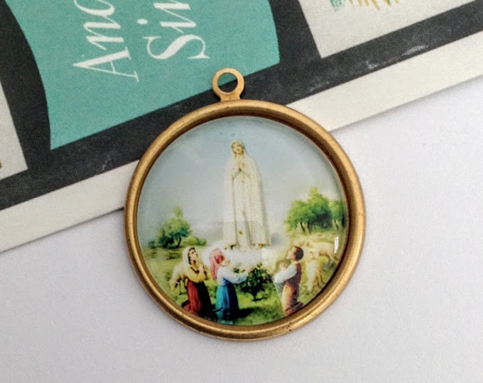 Vintage Our Lady of Fatima Charm 33x30mm Virgin Mary Charm, Miracle of the Sun, round religious pendant
