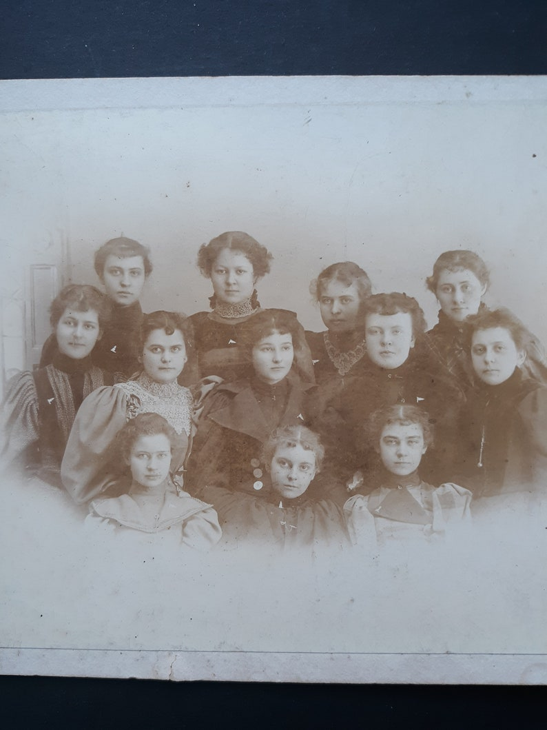 Group 12 Victorian school girls cabinet card Huested  Sandy image 0
