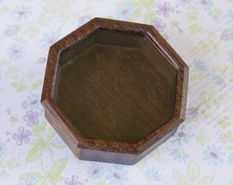Fine finished hardwood octagonal miniature box - 52 mm overall - (F84l)