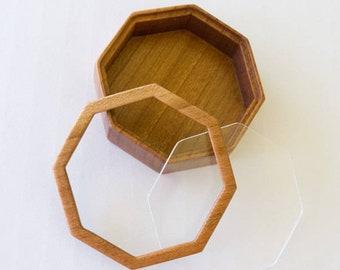 Fine finished hardwood octagonal miniature box - 59 mm overall - (F85l)